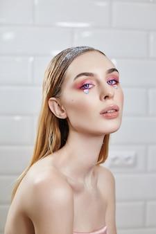 Reklama makijaż piękne pulchne usta jasny różowy kolor, kobieta wygląda, salon kosmetyczny. reklamowa pielęgnacja twarzy, idealne usta, makijaż fashion beauty i kosmetyki