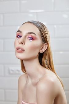 Reklama makijaż piękne pulchne usta w jasnym różowym kolorze, kobiecy wygląd, salon kosmetyczny.