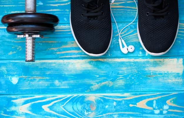 Rękodzieło sportowe z hantlami i wodą pitną