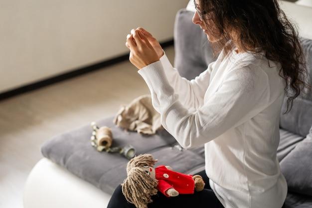 Rękodzieło to fascynujące hobby. osoba szyje lalki w wolnym czasie.