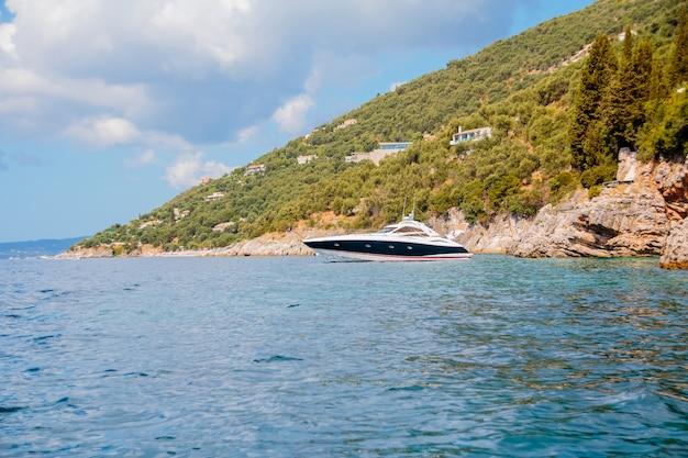Rekreacja na łodzi w pobliżu brzegu pięknej góry