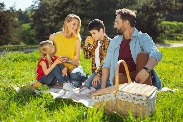 Rekreacyjne. żywiołowa, kochająca rodzina spędzająca razem czas i urządzająca piknik