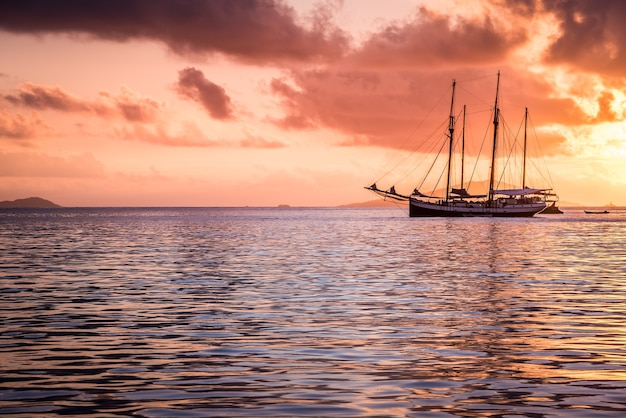 Rekreacyjny jacht na oceanie indyjskim