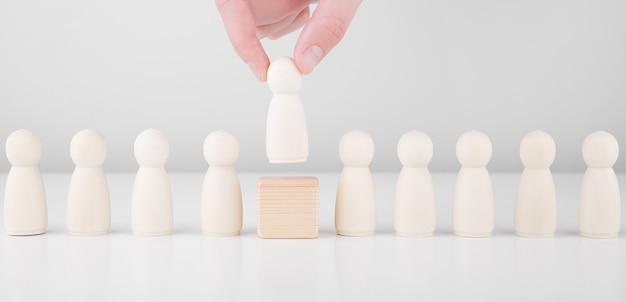 Rekrutacja kadry. wielu pracowników i wybór lidera z tłumu. zasoby ludzkie, headhunting i koncepcja ceo