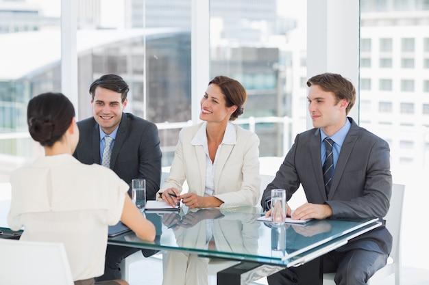 Rekruterzy sprawdzający kandydata podczas rozmowy kwalifikacyjnej