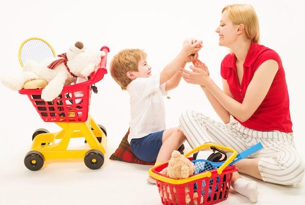 Relacje rodzinne. kupować i sprzedawać. matka z synem bawić się w supermarkecie. sklep. sklep.