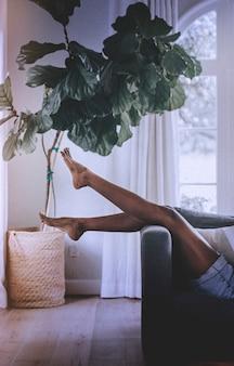 Relaks na kanapie w domu