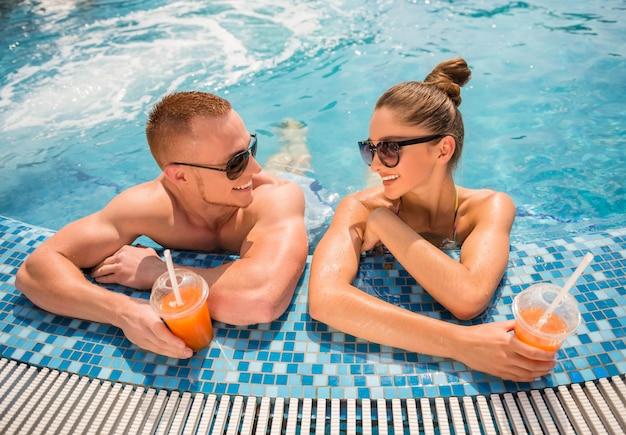 Relaks w hotelowym basenie, picie koktajli.