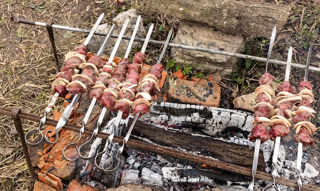 Relaks w ogrodzie na łonie natury, soczyste szaszłyki z dzikiej kozy na szaszłykach, trofeum myśliwego, gotowanie szaszłyków na ognisku