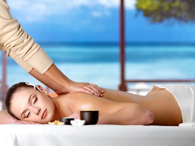 Relaksująca kobieta w ośrodku o zdrowym masażu spa