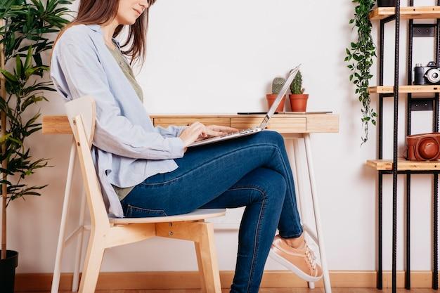 Relaksująca kobieta z laptopem przy pracującą przestrzenią