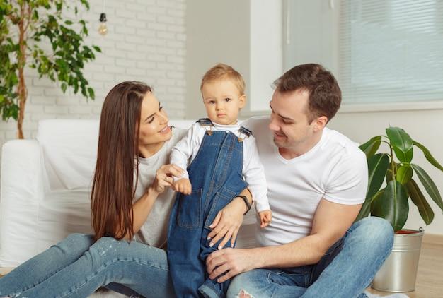 Relaksująca rodzina w domu
