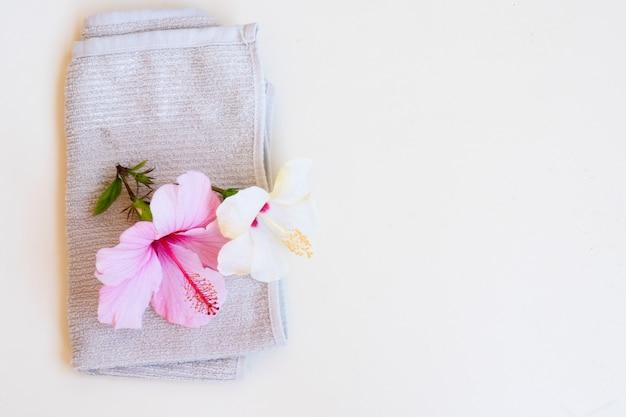 Relaksujące tło spa, ze świeżymi kwiatami hibiskusa