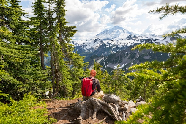 Relaksujący backpacker w górach.