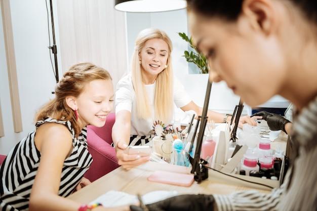 Relaksujący czas. matka i córka spędzają relaksujący czas w salonie piękności w weekend