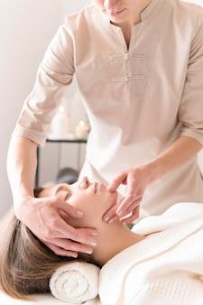 Relaksujący klient masażystki z bliska