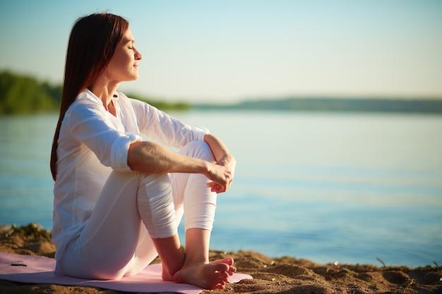 Relaxed kobieta korzystających na morze