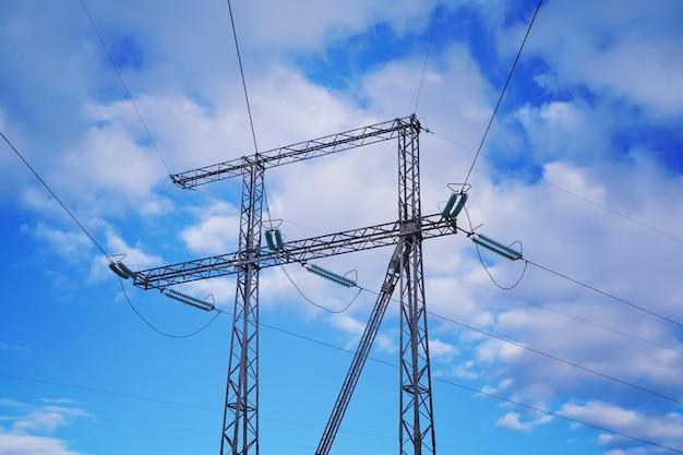 Reliance linii energetycznych z kablami.