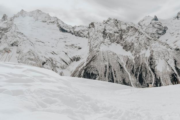 Relief szczytów górskich z bliska.
