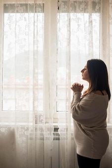 Religijna kobieta modli się o pomoc w domu