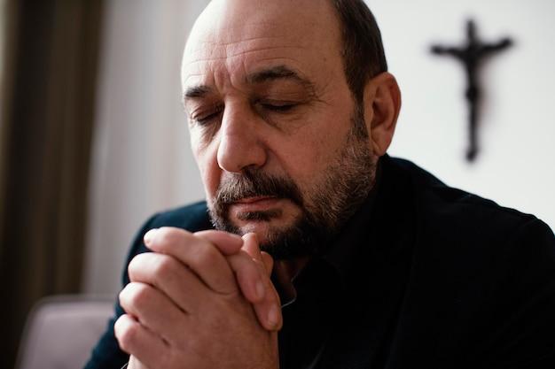 Religijny mężczyzna modlący się w pokoju