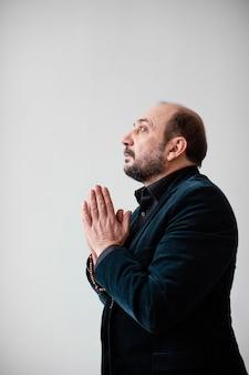 Religijny mężczyzna modli się w pomieszczeniu