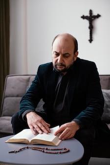 Religijny mężczyzna studiujący świętą księgę
