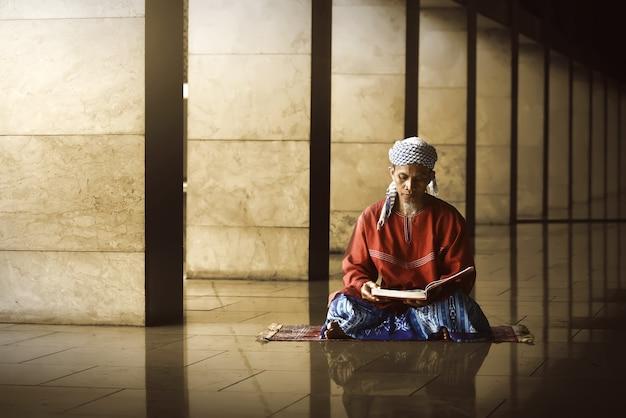 Religijny muzułmanin czytanie świętego koranu