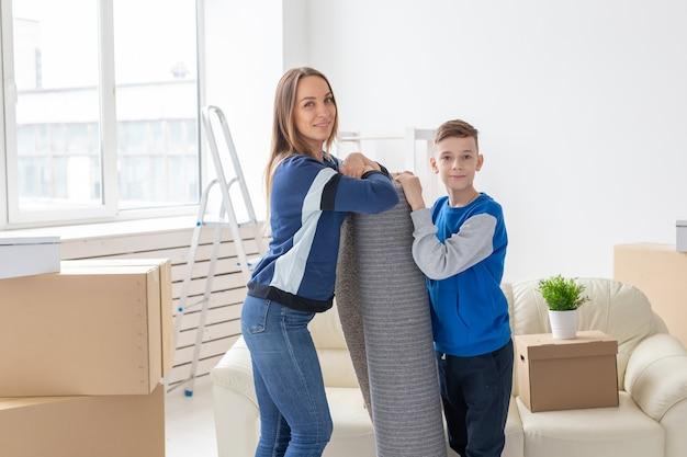 Relokacja, parapetówka i koncepcja nieruchomości - uśmiechnięta samotna matka i uroczy