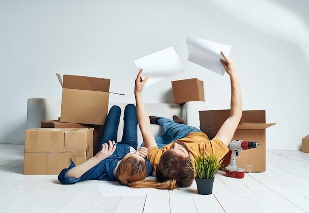 Remont domu mężczyzny i kobiety w mieszkaniu z pudełkami