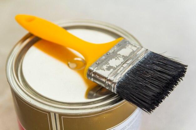 Remont domu może z farbą i pędzlem na betonowym tle