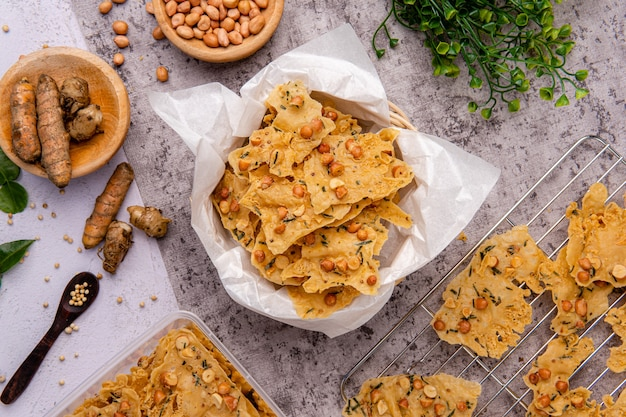 Rempeyek lub peyek kacang to smażony na głębokim oleju indonezyjski jawajski krakers z mąki ryżowej