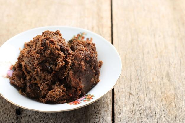 Rendang, pikantny gulasz wołowy z padang w indonezji. danie układa się między innymi w menu z warung nasi padang.