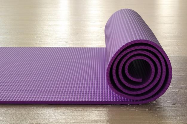 Renderowania 3d fioletowa mata do jogi na podłodze
