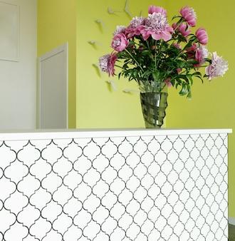 Renderowanie 3d. nowoczesne wnętrze recepcji salonu kosmetycznego w odcieniach bieli i cytryny.