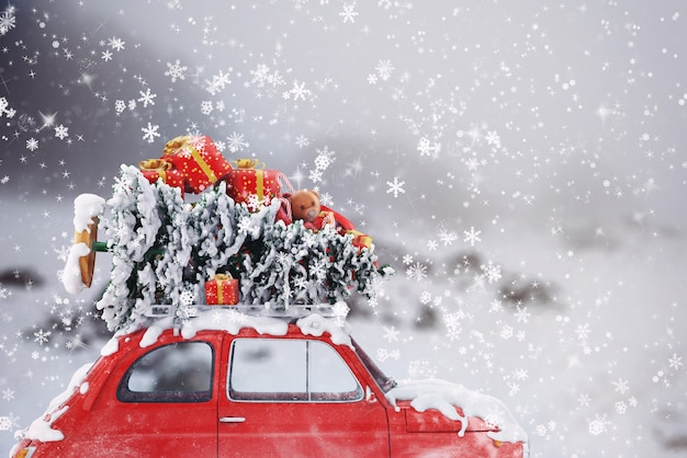 Renderowanie 3d samochodu z choinką i prezentami na dachu