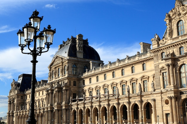 Renesansowa architektura w muzeum louvre w paryżu