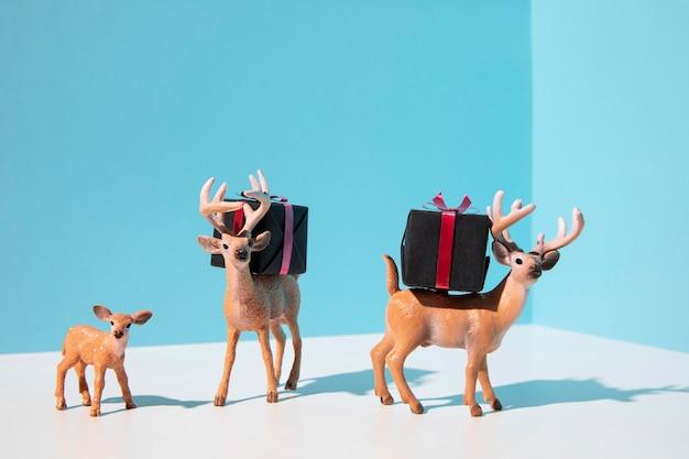 Renifery niosące prezenty świąteczne