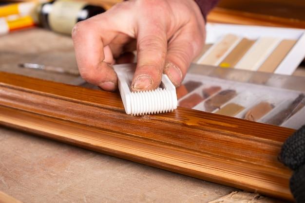 Renowacja drzwi drewnianych, eliminacja odprysków uszkodzeń.