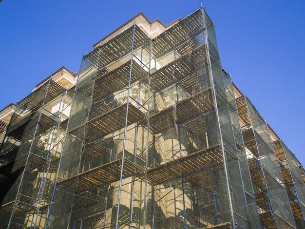 Renowacja starego budynku. budynek pokryty jest siatką naprawczą w celu ochrony