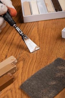 Renowacja woskiem, naprawa laminatu i parkietu z bliska.
