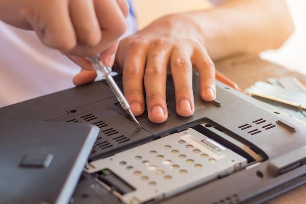 Repairman przywraca laptopa, instalowanie sprzętu dysku twardego i sprawdzanie pamięci ram