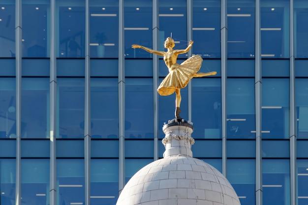 Replika posągu anny pawłowej na kopule victoria palace theatre w londynie
