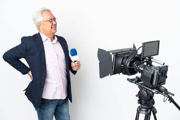Reporter brazylijczyk w średnim wieku, trzymający mikrofon i informujący o wiadomościach, cierpi na ból pleców za wysiłek having