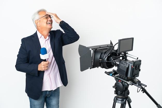 Reporter brazylijczyk w średnim wieku trzymający mikrofon i informujący o wiadomościach na białym tle zdał sobie sprawę z czegoś i zamierza znaleźć rozwiązanie