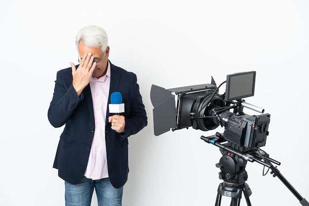 Reporter brazylijczyk w średnim wieku trzymający mikrofon i informujący o wiadomościach na białym tle ze zmęczonym i chorym wyrazem twarzy