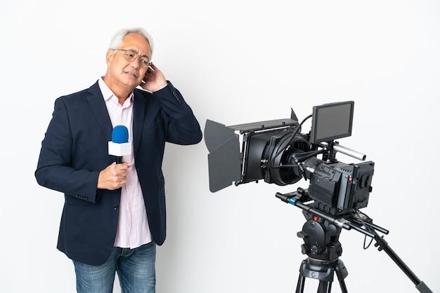 Reporter brazylijczyk w średnim wieku trzymający mikrofon i mający wątpliwości na białym tle donoszący wiadomości