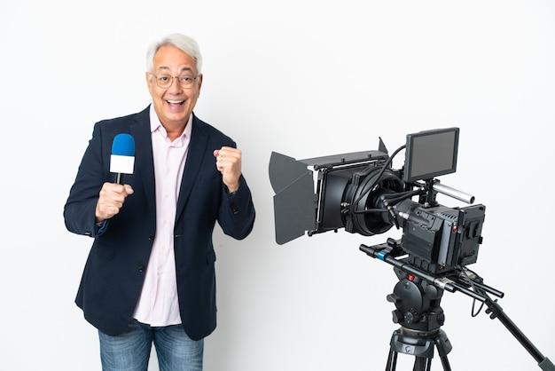Reporter brazylijczyk w średnim wieku trzymający mikrofon i publikujący wiadomości na białym tle