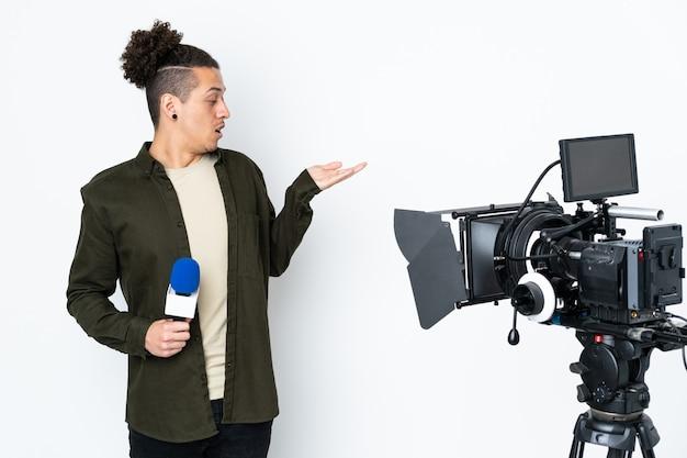 Reporter, człowiek, dzierżawa mikrofon, i informowanie, wiadomości, dzierżawa, wyobrażony, copyspace, na dłoni