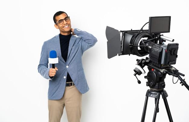Reporter, człowiek, dzierżawa mikrofon, i zgłaszanie wiadomości, na, odizolowany, biała ściana, śmiejąc się